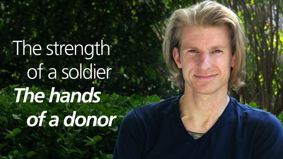 La fortaleza de un soldado. Las manos de un donante.